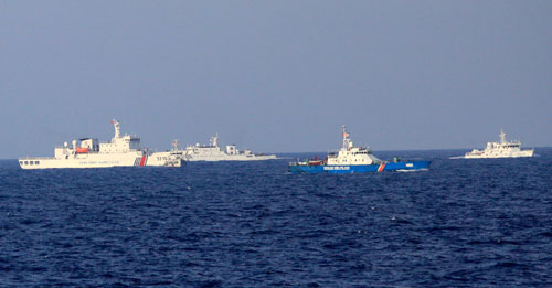 Tàu cảnh sát biển Việt Nam bị tàu Trung Quốc vây quanh, uy hiếp. Ảnh: Nguyễn Đông.